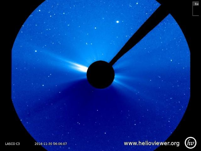 Цилиндр двигается со скоростью света возле Солнца