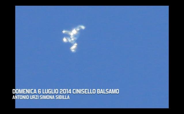 Белые объекты в небе над Миланом