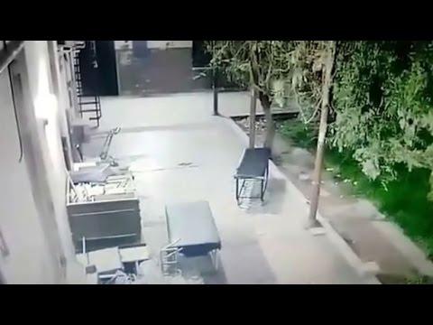 Полтергейст опрокдывает носилки в госпитале