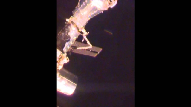 Сигарообразный НЛО у МКС видео