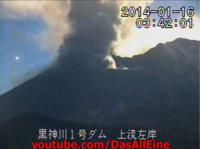 Огромный огненный шар завис над вулканом