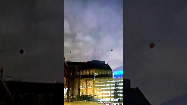 Два НЛО зависли над зданием