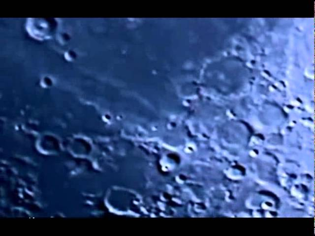 Светящийся НЛО пролетает над Луной