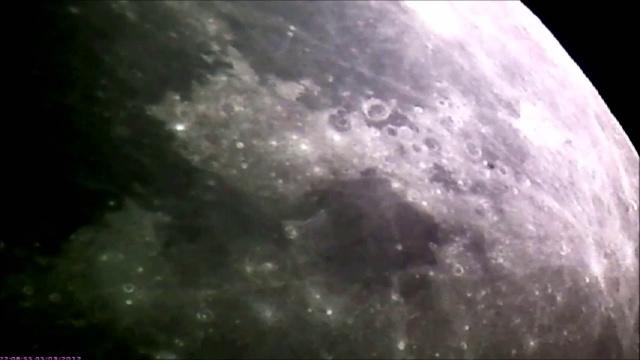 НЛО пролетает мимо Луны