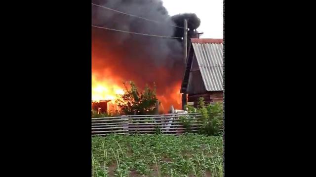 Жители Коми нашли мистическое видео пожара, где видно силуэт человека