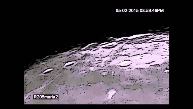 Темный НЛО пролетает на фоне Луны