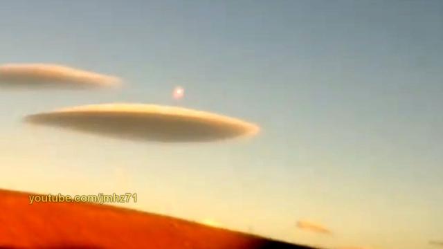 Видео НЛО вылетает из облака