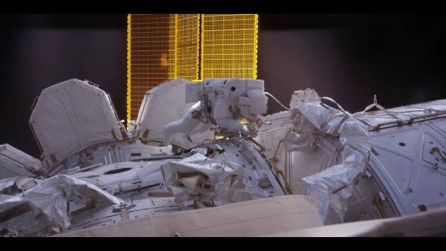 Во время выхода космонавта в открытый космос за ним наблюдала группа НЛО