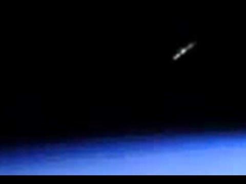 НЛО пролетает рядом с МКС