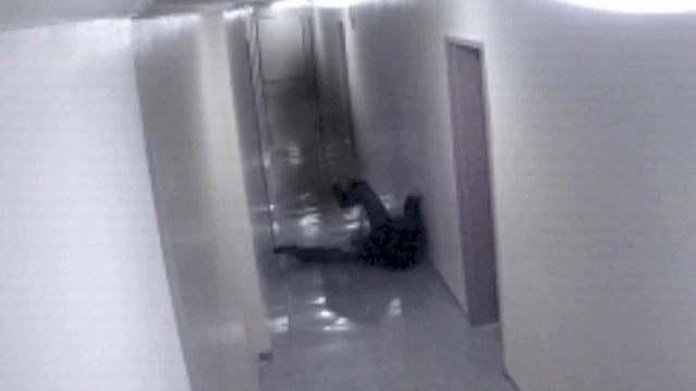 Призрак-тень тащил человека за ногу видео