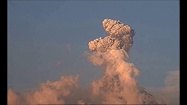 Черный НЛО пролетел над вулканом Колима