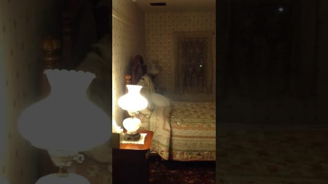 Призрак спит на кровати