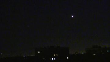 НЛО в небе над Москвой. Объект увеличивает, потом уменьшает свечение