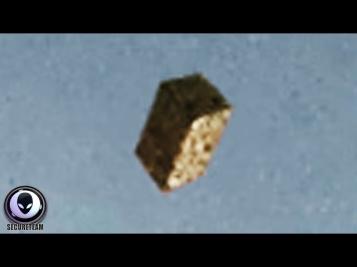 Черный куб, вылетевший из портала