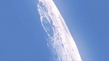 Корабли на фоне Луны
