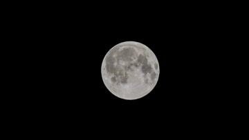 Группа НЛО пролетела на фоне полной Луны