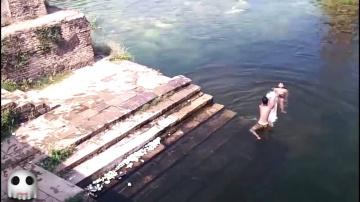 Привидение из Индии прыгает в озеро