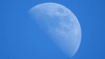 Странный сферический объект у Луны