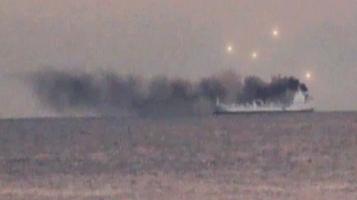 Несколько НЛО рядом с горящим кораблем