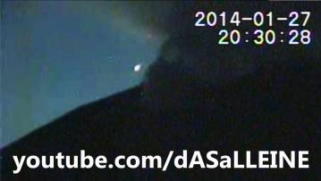Белый шар над японским вулканом Сакураяма