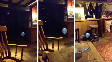 Полтерегйст играет с шариком