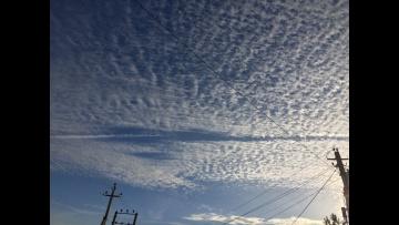 Необычные превращения конденсационного следа в небе над Москвой