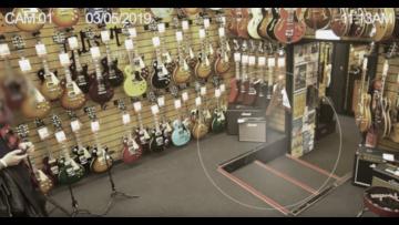 Привидение в гитарном магазине