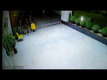 Инвалидная коляска сама по себе покатила по двору и выехала из больницы